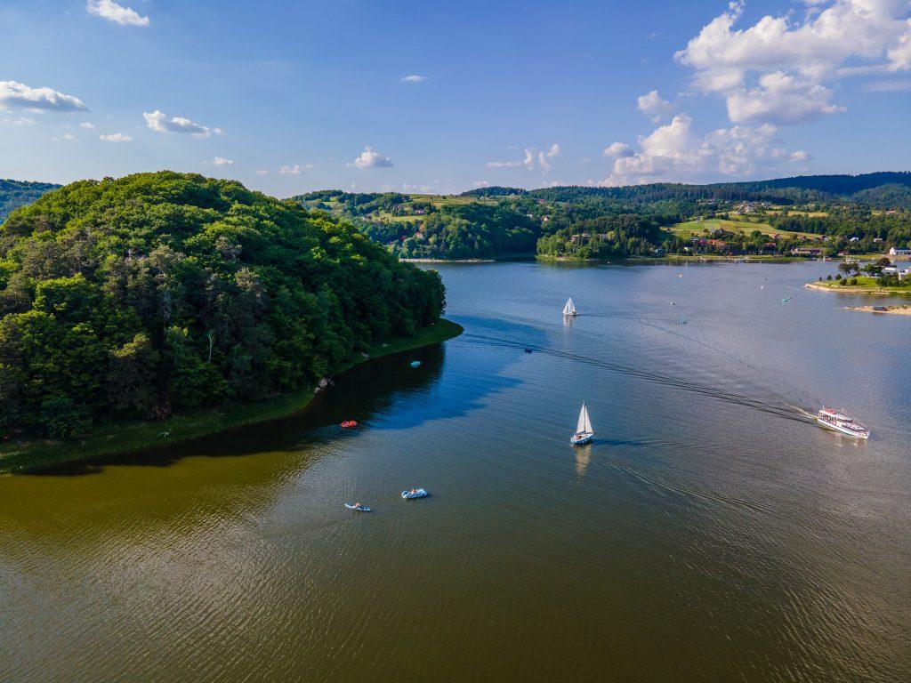 jezioro rożnowskie z drona